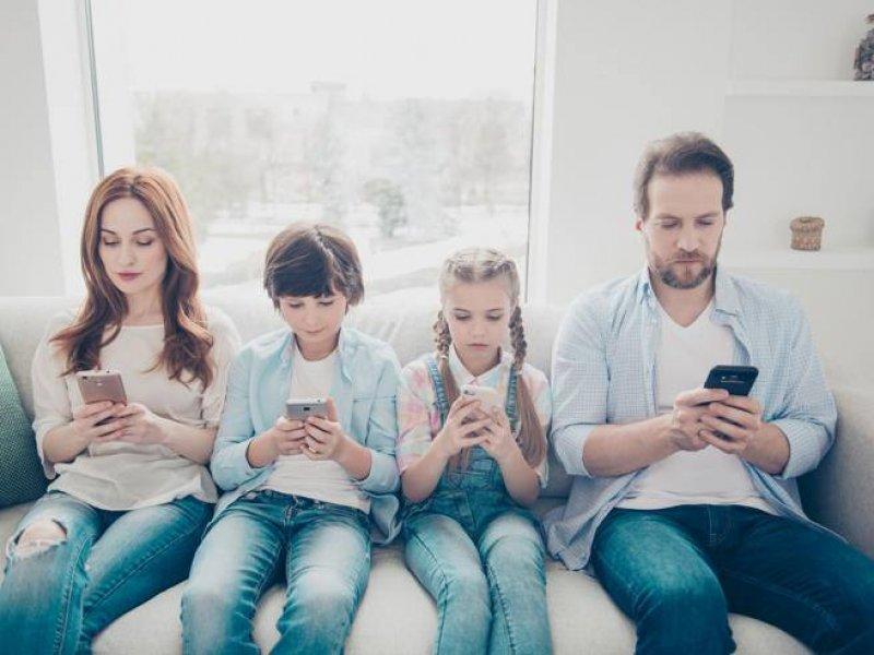 In famiglia con lo smartphone: tutti insieme (silenziosamente)