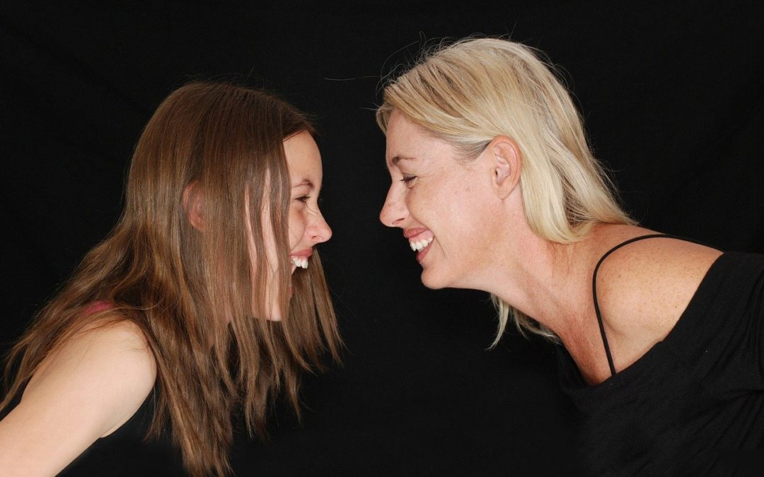 Parlare di sesso agli adolescenti: come il rapporto con i genitori influenza la vita sessuale dei giovani adulti